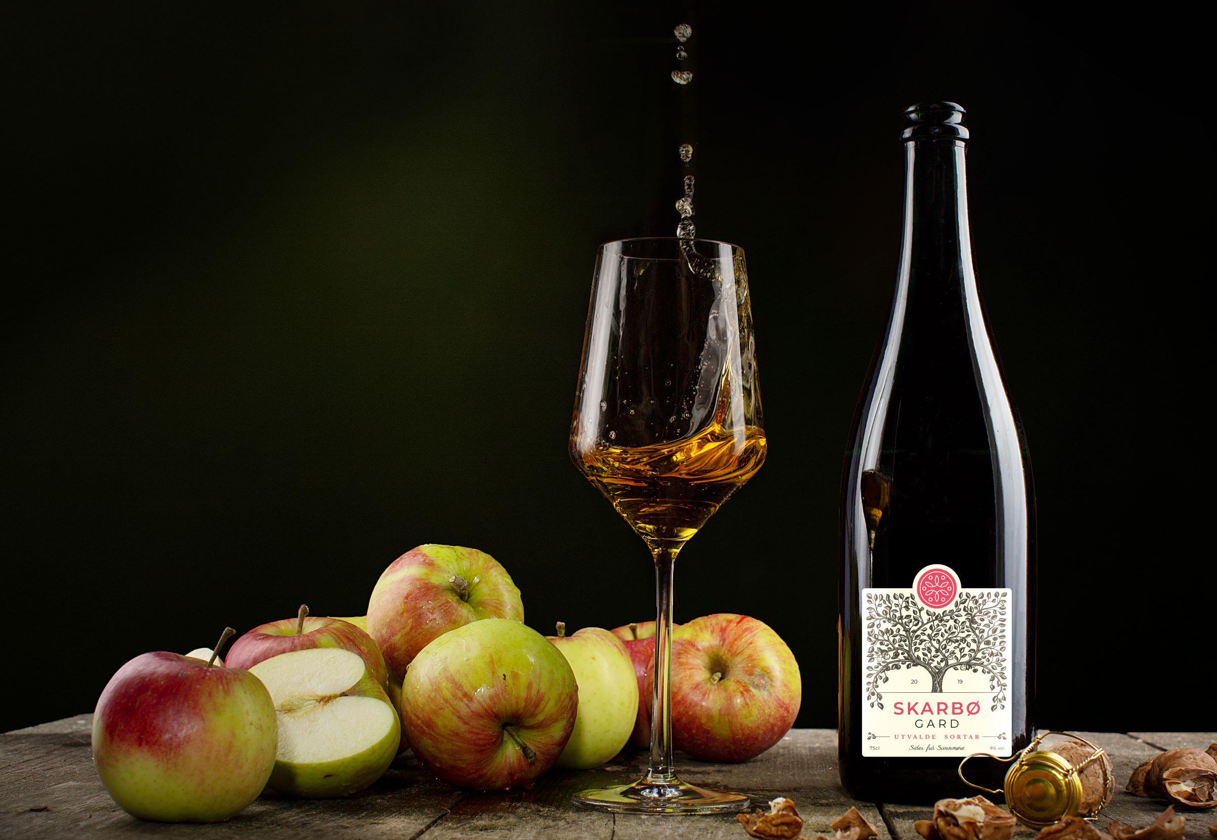 Sider frå Skarbø med ferske eple. Apple cider from Skarbo.