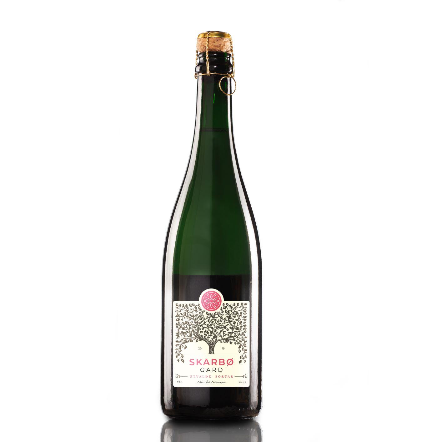 Flaske sider av utvalde, tradisjonelle eplesortar frå Skarbø. Bottle of cider from selected heirloom apple varieties.